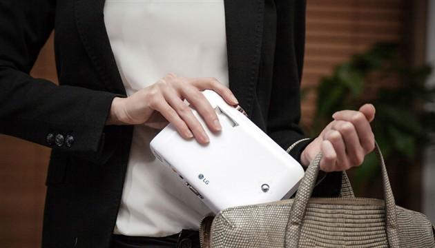 Novi LG projektori mogu stati u žensku torbu