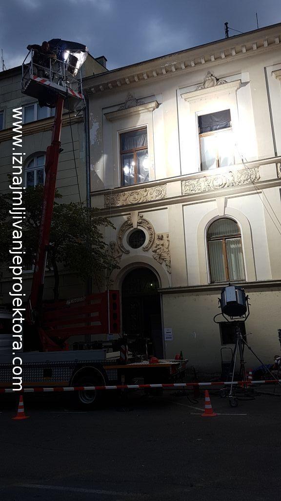 Zgrada u kojoj se vrši radnja - Kran i reflektori spolja