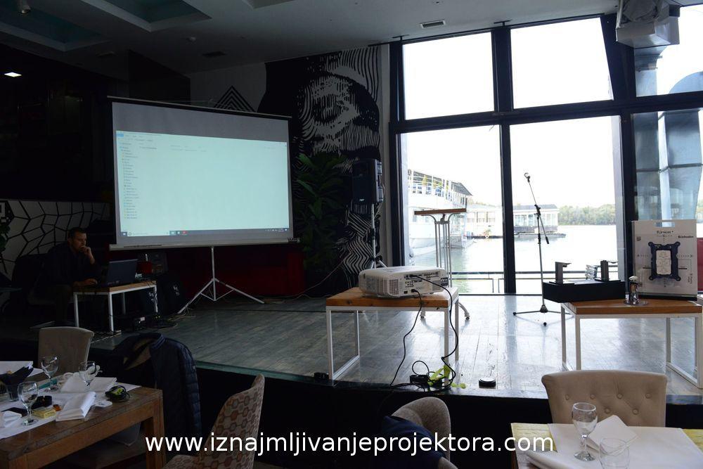 Iznajmljivanje projektora za poslovni događaj Fir Italia