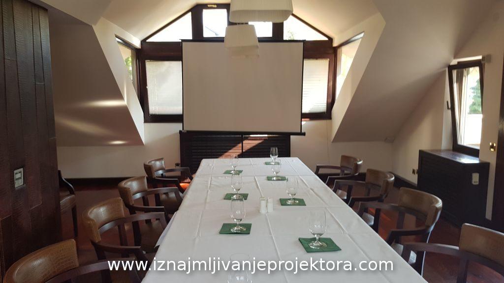 Iznajmljivanje projektora za poslovni sastanak u restoranu