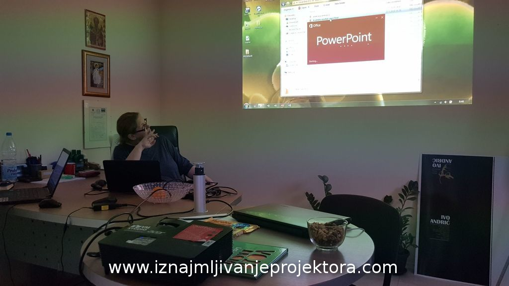 Power point prezentacija u firmi projektcija na zidu