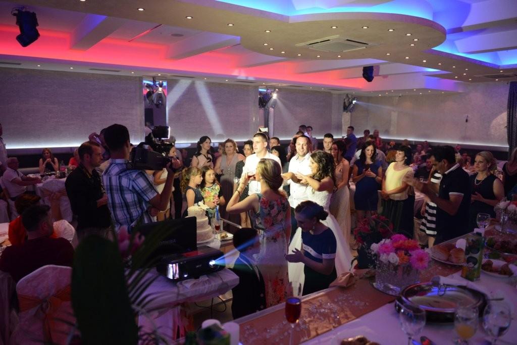 Iznajmljivanje projektora za svadbu – Konak estrada