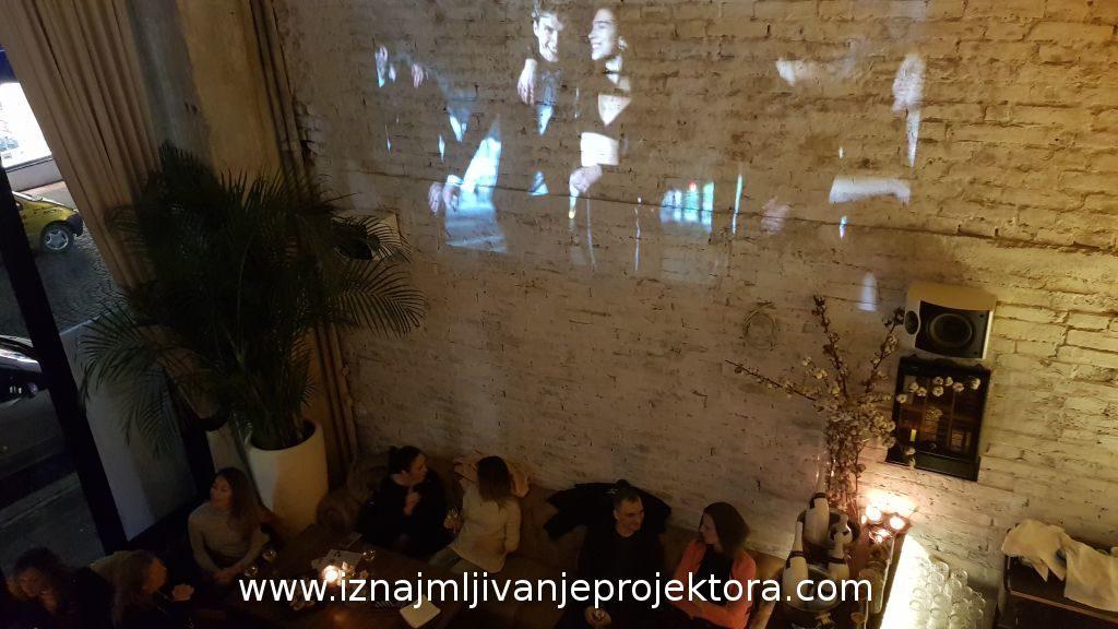 Patrizia Pepe promocija modela projekcija na zidu