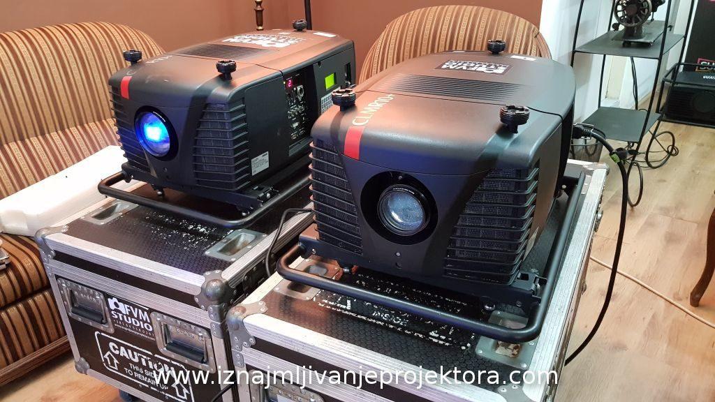 2 projektora Barco CLM R10+
