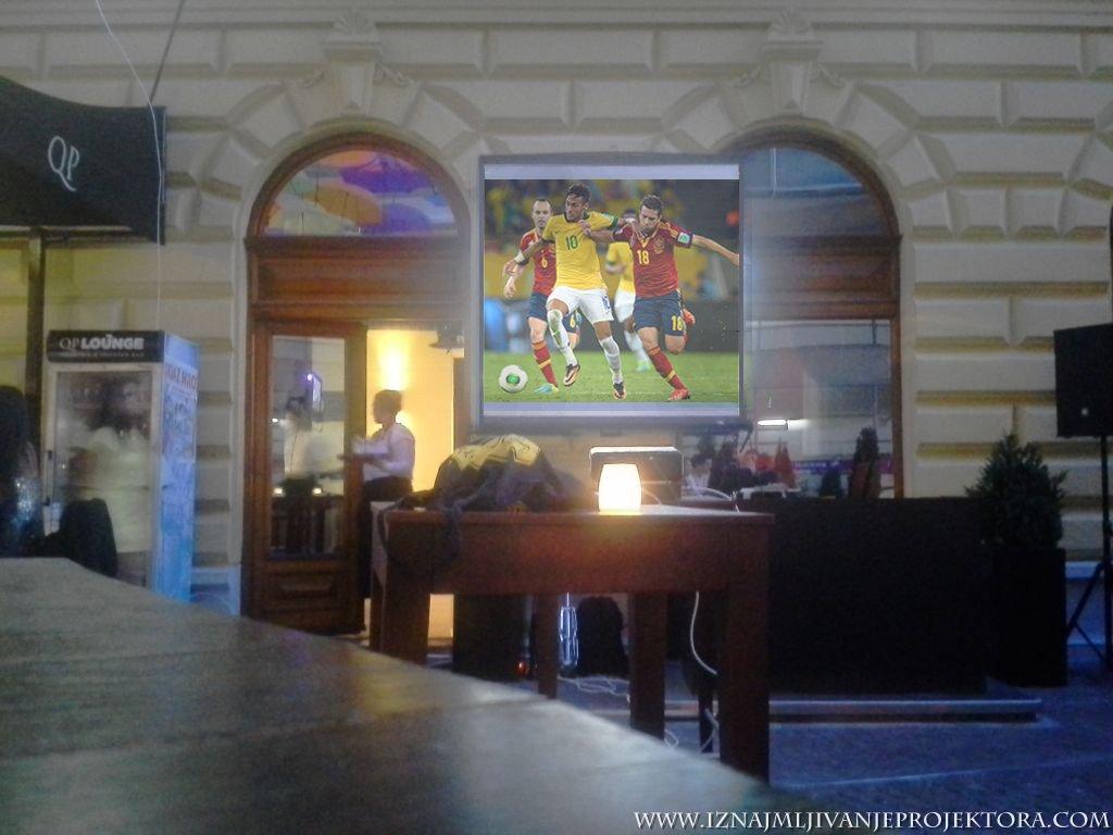 Iznajmljivanje projektora za utakmicu – Caffe Que pasa Beograd