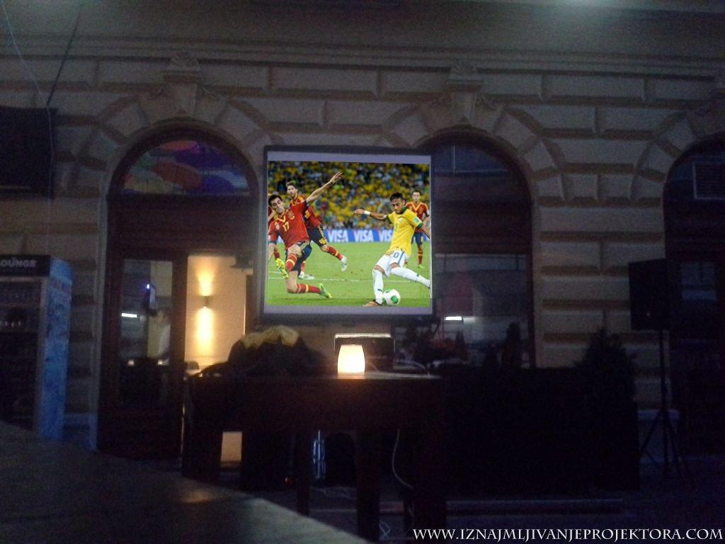 Iznajmljivanje projektora za utakmicu - Caffe Que pasa Beograd