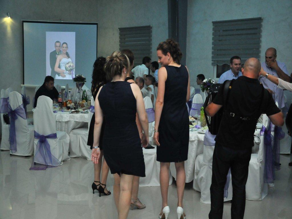 Projekcija fotografija na platnu na svadbi u restoranu Javor